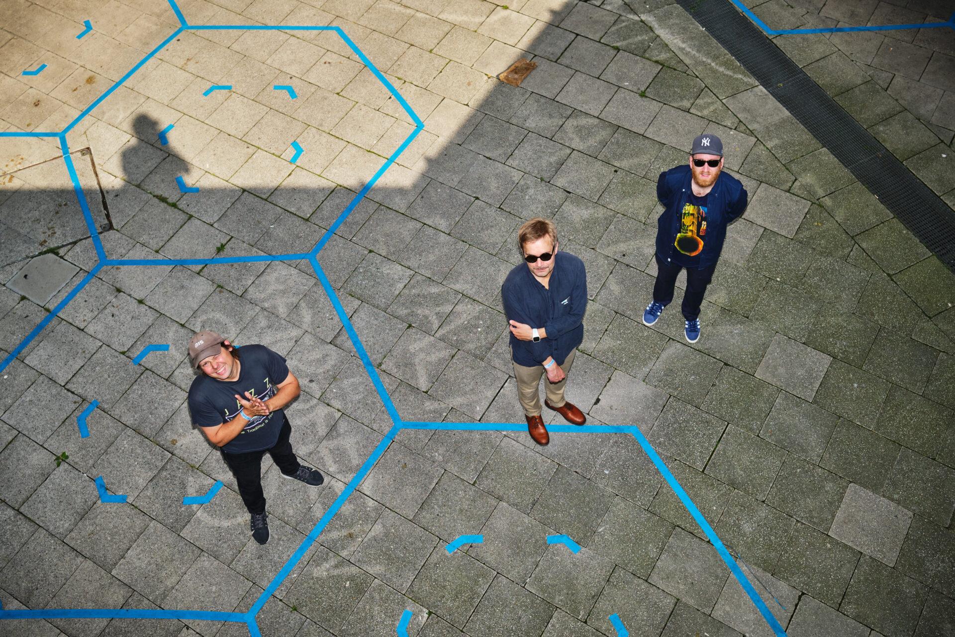 Drei Männer von oben fotografiert